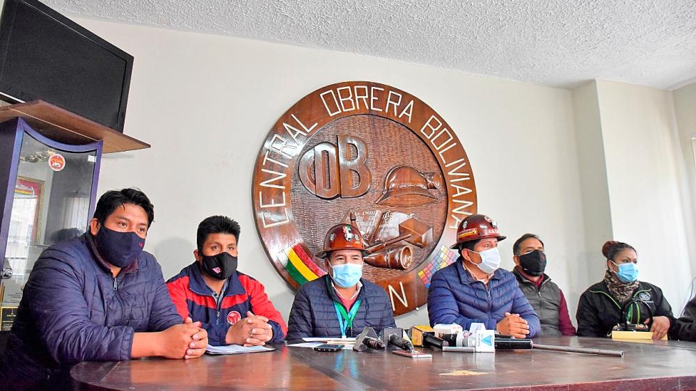 Ejecutivos de Central Obrera Boliviana en rueda de prensa. APG